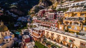 Den flyg- sikten av den touristic staden, bergen och stranden, hotellen och restaurangerna, byggnader, aff?r turnerar, havsferier royaltyfria foton