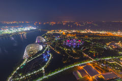 Den flyg- sikten av trädgårdar vid fjärden vid natt, en natur parkerar i cen Royaltyfria Foton