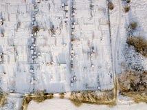 Den flyg- sikten av traditionella engelska odlingslottar och offentligt parkerar land som täckas i snö, frost och is som ner ser Arkivfoton
