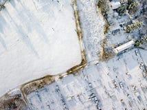 Den flyg- sikten av traditionella engelska odlingslottar och offentligt parkerar land som täckas i snö, frost och is som ner ser Arkivbild