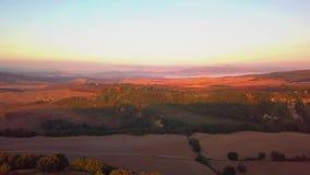 Den flyg- sikten av tuscany odlade kullar på orciaen för soluppgång val D ' lager videofilmer