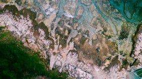 Den flyg- sikten av vågor bryter på den steniga stranden Havet vinkar på den härliga färgrika steniga stranden Skott för surr 4k  Royaltyfria Bilder