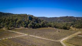 Den flyg- sikten av vingårdar och granit vaggar i Stanthorpe, Australien Royaltyfri Bild