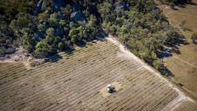 Den flyg- sikten av vingårdar och granit vaggar i Stanthorpe, Australien Royaltyfri Foto
