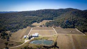 Den flyg- sikten av vingårdar och granit vaggar i Stanthorpe, Australien Arkivfoton