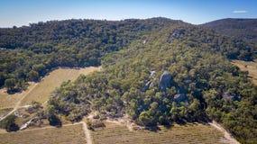 Den flyg- sikten av vingårdar och granit vaggar i Stanthorpe, Australien Royaltyfria Bilder