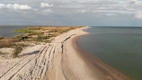 Den flyg- sikten Black Sea, kust, spottar och breda flodmynningen stock video