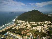Den flyg- sikten Costao gör santinhostranden i Florianopolis, Brasilien Juli 2017 Arkivbilder