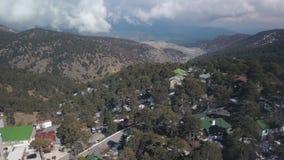 Den flyg- sikten i Troodos berg på Cypern i vårdag, snö ligger på jordning lager videofilmer