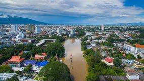 Den flyg- sikten knackar floden i Chiang Mai City, sikten för den höga vinkeln Plann Royaltyfria Bilder
