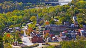 Den flyg- sikten på Harpers färjer den historiska staden och parkerar i höst royaltyfri foto