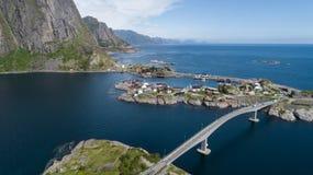 Den flyg- sikten p? lofoten H?rligt sommarlandskap i Norge Traditionella r?da hus arkivbild