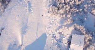 Den flyg- sikten, skidåkning, skidar semesterorten i Carpathiansna, snökanoner, Trantscarpathian stock video