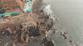 Den flyg- sikten vaggar och stenar på den Arambol stranden i norr Goa, Indien arkivfilmer