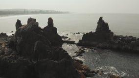 Den flyg- sikten vaggar och stenar på den Arambol stranden i norr Goa, Indien stock video