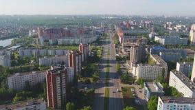 Den flyg- stadssikten med tvärgator och vägar, hus, byggnader, parkerar och parkeringsplatser, broar stads- liggande copter stock video