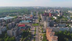 Den flyg- stadssikten med tvärgator och vägar, hus, byggnader, parkerar och parkeringsplatser, broar stads- liggande copter arkivfilmer