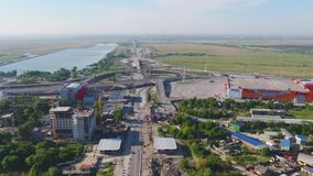 Den flyg- stadssikten med tvärgator och vägar, hus, byggnader, parkerar och parkeringsplatser, broar stads- liggande copter lager videofilmer