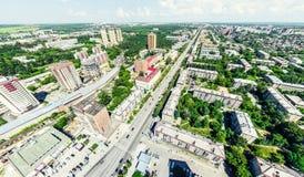Den flyg- stadssikten med tvärgator och vägar, hus, byggnader, parkerar och parkeringsplatser Panorama- bild för solig sommar Arkivfoto