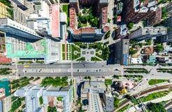 Den flyg- stadssikten med tvärgator och vägar, hus, byggnader, parkerar och parkeringsplatser Panorama- bild för solig sommar Fotografering för Bildbyråer