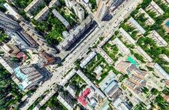 Den flyg- stadssikten med tvärgator och vägar, hus, byggnader, parkerar och parkeringsplatser Panorama- bild för solig sommar Royaltyfria Bilder