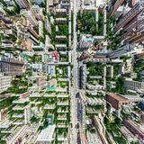 Den flyg- stadssikten med tvärgator och vägar, hus, byggnader, parkerar och parkeringsplatser Panorama- bild för solig sommar Royaltyfri Bild