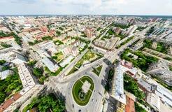 Den flyg- stadssikten med tvärgator och vägar, hus, byggnader, parkerar och parkeringsplatser Panorama- bild för solig sommar Arkivbilder