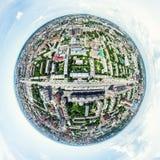 Den flyg- stadssikten med tvärgator och vägar, hus, byggnader, parkerar och parkeringsplatser Panorama- bild för solig sommar Arkivfoton