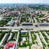 Den flyg- stadssikten med tvärgator och vägar, hus, byggnader, parkerar och parkeringsplatser Panorama- bild för solig sommar Royaltyfri Fotografi