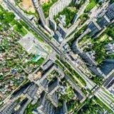 Den flyg- stadssikten med tvärgator och vägar, hus, byggnader, parkerar och parkeringsplatser Panorama- bild för solig sommar Royaltyfri Foto