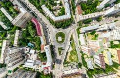 Den flyg- stadssikten med tvärgator och vägar, hus, byggnader, parkerar och parkeringsplatser Panorama- bild för solig sommar Arkivbild