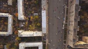 Den flyg- stadssikten med tvärgator, vägar, hus, byggnader, parkerar och parkeringsplatser gem Bästa sikt av den breda vägen in Royaltyfri Fotografi