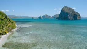 Den flyg- surrkustlinjesikten från Las Cabanas sätter på land till den Pinagbuyutan öriktningen El Nido, Palawan, Filippinerna arkivfilmer