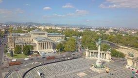 Den flyg- videoen visar att hjältarna kvadrerar i i stadens centrum Budapest, Ungern - längd i fot räknat för surr 4K flyg- sikt lager videofilmer
