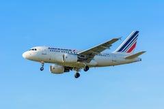 Den flygflygplanAir France F-GUGF flygbussen A318-100 landar på den Schiphol flygplatsen Royaltyfria Bilder