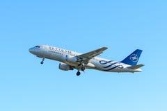 Den flygplanAir France F-GFKY flygbussen A320-200 tar av på den Schiphol flygplatsen Arkivfoton