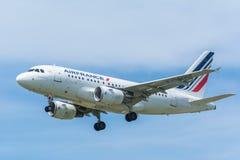 Den flygplanAir France F-GUGF flygbussen A318-100 flyger till landningsbanan Arkivfoto