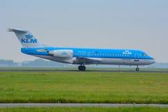 Den flygplanAir France KLM fokkeren 70 PH-KZK landas på flygplatsen Royaltyfria Bilder