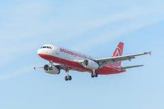Den flygplanAtlasGlobal TC-AGU flygbussen A320-200 landar på den Schiphol flygplatsen Arkivfoto