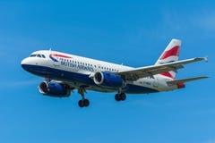 Den flygplanBritish Airways flygbussen A319-100 G-DBCH flyger till landningsbanan Royaltyfri Bild