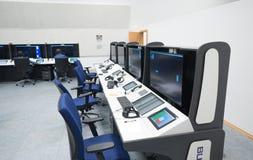Den flygtrafikbildskärmen och radar i kontrollmitten hyr rum Arkivfoton