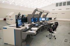 Den flygtrafikbildskärmen och radar i kontrollmitten hyr rum Arkivbild