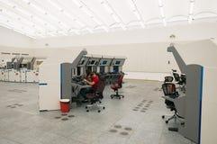 Den flygtrafikbildskärmen och radar i kontrollmitten hyr rum Arkivfoto