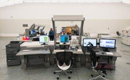 Den flygtrafikbildskärmen och radar i kontrollmitten hyr rum Royaltyfri Fotografi