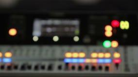 Den fokuserade åter videoen av den ljudsignal konsolen med belysning knäppas, solid utrustning lager videofilmer