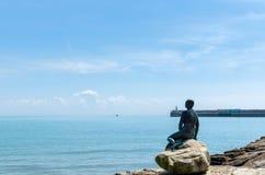 Den Folkestone sjöjungfrun som förbiser hamnen och den engelska kanalen i sommar arkivbilder