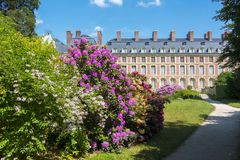 Den Fontainebleau slotten Chateau de Fontainebleau och parkerar nära Paris, Frankrike royaltyfri fotografi