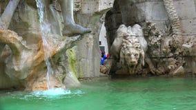 Den Fontana deien Quattro Fiumi (springbrunnen av de fyra floderna) är en springbrunn i piazza Navona i Rome, Italien lager videofilmer