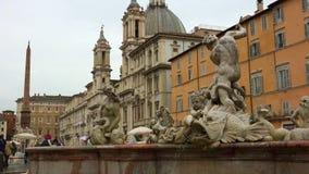 Den Fontana deien Quattro Fiumi (springbrunnen av de fyra floderna) är en springbrunn i piazza Navona i Rome, Italien stock video
