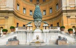 Den Fontana dellaen Pigna sörjer kottespringbrunnen från den 1st århundradeANNONSEN, Vaticanen Royaltyfri Foto